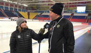 Jonna Igeland intervjuar bandylandslagets förbundskapten Svenne Olsson.