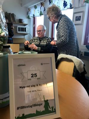 Kommunalrådet Ewa Lindstrand uppvaktade med blommor och en glasskål. Det var företag nummer 25 av 100 som kommunen ska besöka. Bild: Christian Söderberg