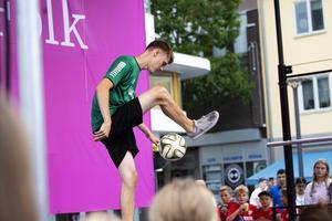 Emil Källdoff tillhör världstoppen i fotbollsfreestyle.