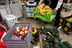 Stora matgrossister ska förbjudas slänga ätbar mat, antingen hittar man sätt att sälja det eller så får man skänka det till organisationer som kan använda det till dem som behöver.