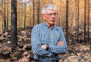 Peter Ståhl, Länsstyrelsens ekolog, följde med på pressturen till Ängra för att  visa hur branden drabbat naturen och berätta om skogens framtid.