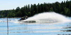 Vattenskotrar är ett otyg, slår insändarskribenten fast och efterlyser att kommun och länsstyrelse agerar.