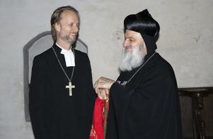 Biskop Mikael Mogren visar Ignatius Aphrem II Västerås domkyrka.