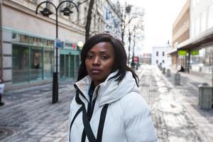Chantal Binua blev hotad i kassakön.