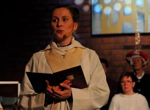 Evelina Gilberg, präst i Domsjö kyrka, var berättarröst i musikalen. Foto: Kenth Wiklund