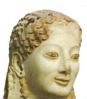 En kore (flicka) som skulptur kunde vara en rik mans gravstaty eller votivgåva i ett tempel. Den här skönheten är från ungefär 530 före Kristus och kan ses i det nya Akropolismuseet. Hålet i örat indikerar att hon haft ett smycke där.