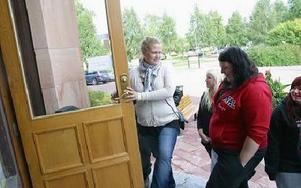 -- Kom nu går vi in. Närmare tio ungdomar, uteslutande tjejer, agerade igår, onsdag, för att försöka förmå kommunen att inte flytta Leif, Ungdomens Hus, från Prostgården till Orsaskolan.FOTO: ERIC SALOMONSOSN