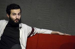 Soran Ismail lägger många av dygnets vakna timmar på att följa sociala medier. Det kan bli lite jobbigt för hans sambo.