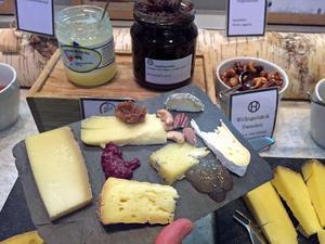 Ostbordet innehåller utöver sex ostar, varav två egengjorda, även lokalproducerade marmelader.