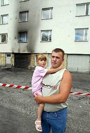 Foto: LASSE WIGERTLarmade grannar. Emad Hrustic, här med fyraåriga dottern Elvedina på armen, ringde brandkåren och rusade sedan genom hela huset för att väcka alla grannar.