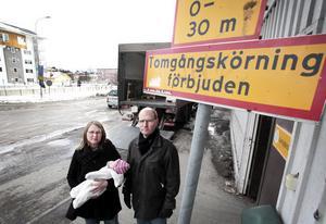Sara Jonsson med dottern Siri och grannen Mats Nordgren störs av att inte alla respekterar förbudet mot tomgångskörning. – Jag kan tänka mig att sopbilar behöver ha sina motorer igång för att sköta mekaniken, men kylaggregat går det sannolikt att slå av en kort stund, säger Mats Nordgren.