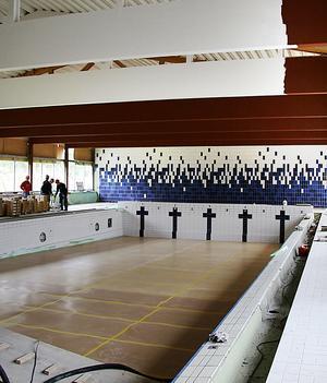 7 september 2007: Här har en del av kaklet i 25-metersbassängen kommit på plats och den rödbruna takkonstruktionen är på väg att målas vit.