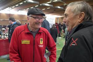 Bengt Abrahamsson, ordförande för DAK, pratar bilar med Ingemar From, tidigare rallyförare.