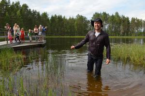 Erik Kajander tog hem segern bland korgmakarna i Våmhus 2015 och blev traditionsenligt kastad i sjön efteråt. Arkivbild: Björn Daniels