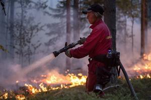 Skogsbrand i Brattsjö utbröt i onsdags och fortfarande inte under kontroll.
