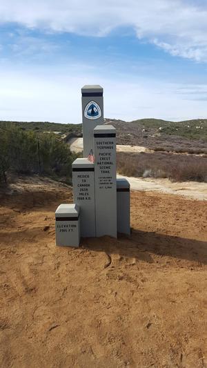 Monument med Pacific Crest Trail-märket. Foto: Michael-Lewis