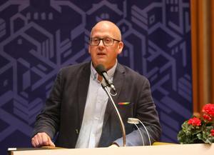 Bosse Svensson (C) vill poängtera att utbetalningen till ÖFK pausas – inte stoppas generellt.