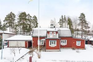 Villa byggd 1929, dubbelgarage, bergvärme, nära till sjön Runn samt kort bilfärd från centrum. Foto: Christofer Cederberg