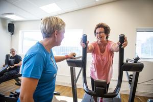 Ullrika Nordin, personlig tränare instruerar Gun-Marie Nordström, 72.