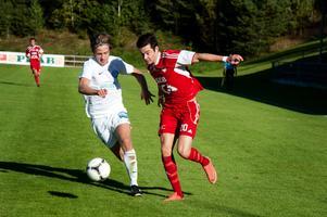 En 19-årig Amor Layouni i Falu FK-tröjan i en match mot Nacka 2012.