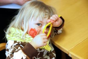 Salma Bäck heter den här lilla påskkärringen – hon gillade de gula, luddiga piprensarna.