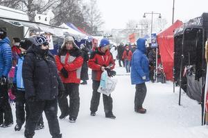 Årets Gregoriemarknad har fått en snöig och kylslagen inledning.