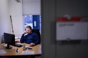 09.00: Fredrik Gladers arbetsdag har redan hunnit pågå i ett par timmar när han tar emot på kontoret i Fjällräven Center. Långa arbetsdagar är ingen ovanlighet för Modos sportchef som haft en intensiv första tid på jobbet.