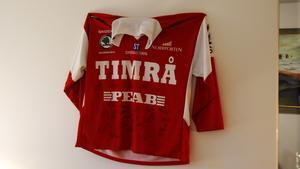 På kontoret hänger en Timrå IK-tröja. Men nu blir det åtstramningar och Timrå IK kan inte räkna med någon mer sponsring från Patrik Lundmans byggföretag den närmaste tiden.