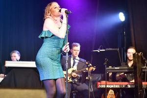 Wilma Björkman på sång under den första akten där hon sjöng Dear future husband av Meghan Trainor. Någonstans till vänster dansar också Olivia Larsson Kind.
