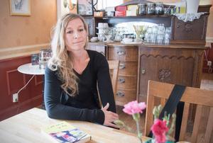 Linda Åkerström skriver om miljöer hon känner till. Småstaden Arboga och hennes barndoms Hedesunda finns där i den fiktiva staden Bergvik.