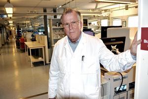 Anders Henriksson, länsklinikchef vid laboratoriemedicin har en månadslön på 93 700 kronor. Hans företrädare Ulf Janssons hade en månadslön på 175 000 kronor.