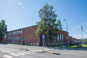Österängsskolan skulle vara bra att utveckla till kulturhus, skriver tre miljöpartister i debattartikeln.