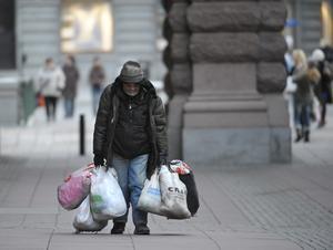 En hemlös man utanför Riksdagshuset i Stockholm. Hemlösa finns det även i Örebro. FOTO: LEIF R JANSSON / TT