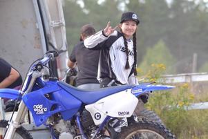 My Eriksson lever upp när hon får köra cross. Men lungskadan hon fick när läkarna tog bort tumören och matstrupen påverkar hennes ork. Nu kör hon bara små stunder varje vecka. Foto: Privat