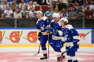 Filip Forsberg, Mats Åhlberg och Elin Lundberg njöt ute på isen. Det var mycket skratt och skoj på isen inför den stora publiken.