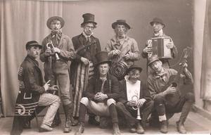 Foto: Edsbyns Museum. Revyorkester från 1920-talet. Man kan känna igen ett par gamla Edsbybor. Längst till vänster sitter Josef Johansson och längst till höger Lång-Olle Bergerot.