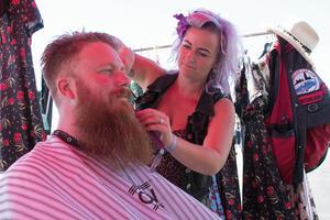 Pierre Gustavsson får frisyren fixad av Anna Bäckström.