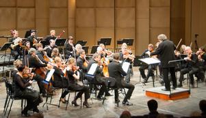 Stöd din lokala orkester eller teaterensemble genom att ge bort abonnemang till vänner och familj! Den som får en sådan gåva, och därmed den lilla knuffen att äntligen ta sig iväg, lär inte ångra sig.