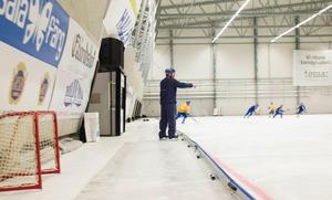 Svenne Olsson pekar och dirigerar under ett träningspass med landslaget.
