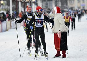 Prins Carl Philip HKH i mål med tiden 08.46.12  och möts av kranskullan Emma Höglund