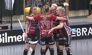 My Kippilä gratuleras efter hennes viktiga 2–1-mål i slutet på den andra perioden.Foto: SSL Play