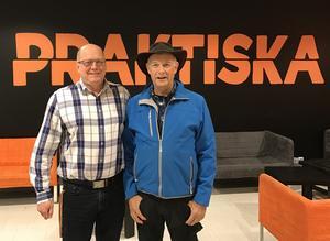 Per Håkansson, rektor för Praktiska gymnasiet i Örnsköldsvik tillsammans med Ulf Edlund, Lionspresident i Örnsköldsvik.