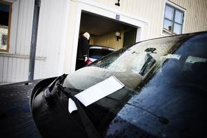 När Roland Waax skulle ut med bilen på onsdag morgon stod en felparkerare i vägen.