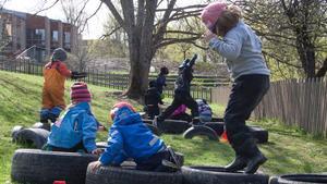 Barnen på förskolan Linden tar sig genom hinderbanan.