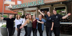Personalen är förväntansfull inför öppnandet av Espresso House i Sandviken. På bilden: Melinda Lundström, Esther L´Haridon, Emilia Granger, Ellen Thumb, Ida Jonsson Hulkko, Malin Ridling, Moa Jansson och Daniel Nordin.