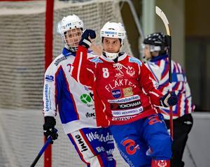 Dmitrii Fetisov firar sitt mål mot Tranås. Foto: Jörgen Hjerpe/Västanfors Bandy