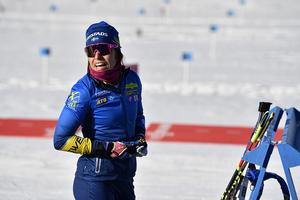 Elisabeth Högberg får inte köra tisdagens distanstävling i VM. Trots hennes starka säsong och trots att hon vann en testtävling i förra veckan.