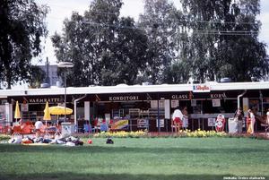 Uteservering vid Gustavsviksbadet, 1985. Fotograf: Gunlög Enhörning (Bildkälla: Örebro stadsarkiv)