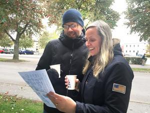 Johan Jansson och Linda Lindkvist studerade noga broschyrerna.