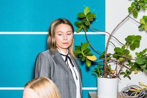 Frida Hallberg gör rollen som mellanchefen Jenny i nyskrivna pjäsen